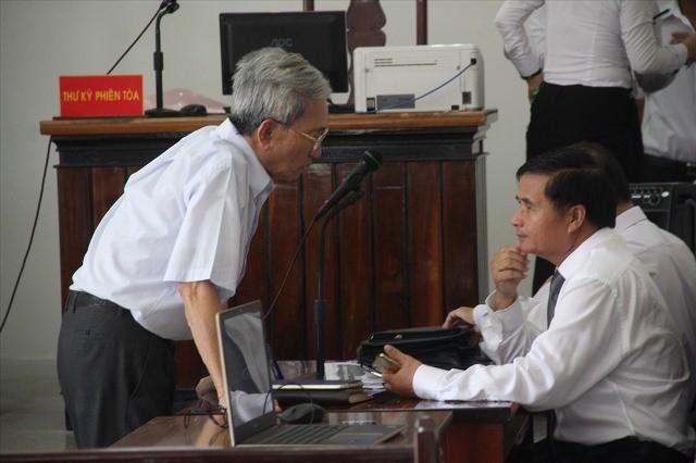Bị cáo Thủy trao đổi với luật sư trước phiên tòa ngày 11.5.