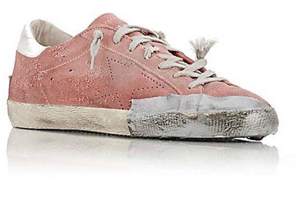 Đôi giày rách có giá 450 bảng Anh.