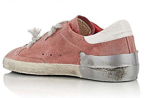 Đôi giày được đính băng dính và làm bẩn để mang lại hình ảnh chân thật nhất.