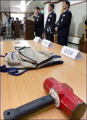 Chiếc búa Yoo Young Chul dùng để thực hiện hành vi tội ác được cảnh sát thu thập làm bằng chứng.