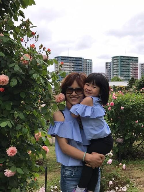 Bên cạnh hồng, chị Thanh Xuân còn trồng nhiều loại hoa như thủy tiên, dạ yến thảo, tulip... Bà mẹ Việt tại Nhật mong muốn mang đến ông xã và các con không gian sống nhiều màu sắc, lãng mạn và gần gũi với thiên nhiên.