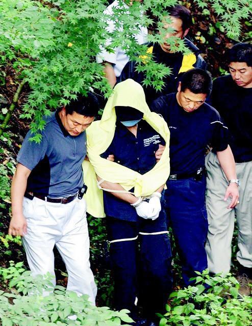 Yoo Young Chul được đưa đến hiện trường nơi hắn thực hiện hành vi chôn xác nạn nhân.