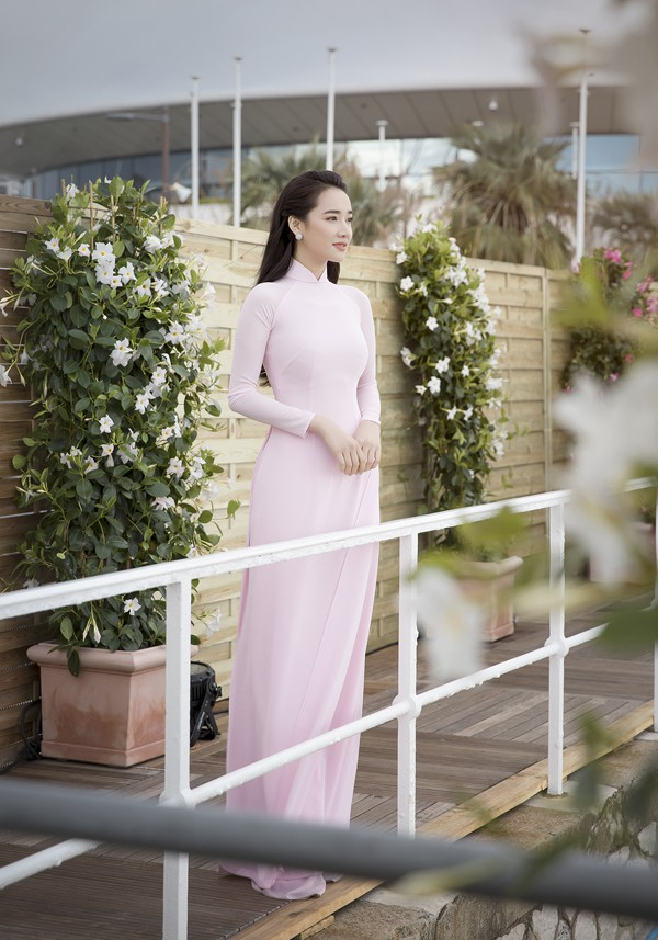Đó là lý do Nhã Phương chọn mặc áo dài trong các buổi mang tính chất giao lưu văn hóa.