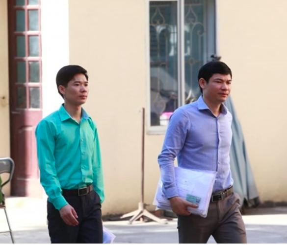 BS Hoàng Công Lương (áo xanh) đến toà sáng nay