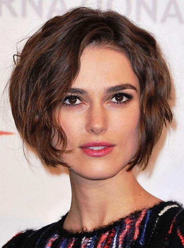 Với khuôn mặt vuông điểm lí tưởng để chia tóc lệch là thẳng hướng ngay phía trên điểm bắt đầu của lông mày