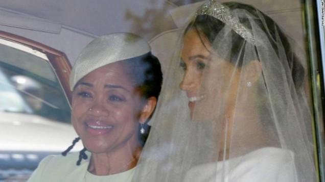 Hình ảnh đầu tiên của cô dâu Meghan Markle. Theo truyền thông Quốc tế, Meghan dự kiến tự trả tiền mua váy cưới, ước tính khoảng 400.000 USD, trong đó nữ diễn viên Mỹ sẽ mặc một váy cưới chính do nhà mốt Anh Ralph & Russo thiết kế và thay một váy khác cho buổi tiệc tối.