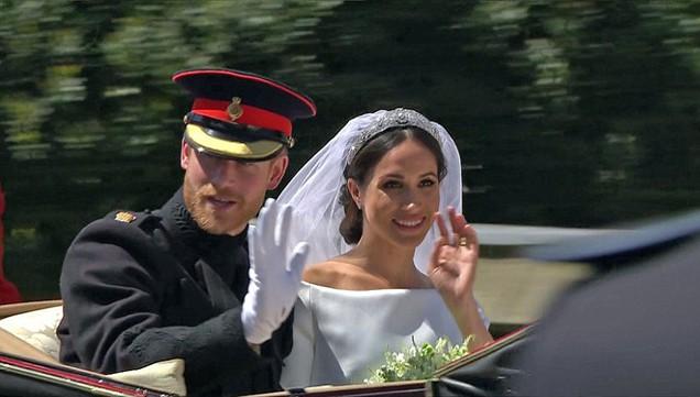 Cặp đôi vẫy tay chào những thần dân và người hâm mộ.