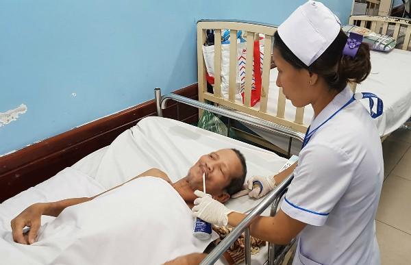 Nam bệnh nhân vô danh được chăm sóc suốt 3 tháng qua tại Bệnh viện Nhân dân Gia Định. Ảnh: Lê Phương.