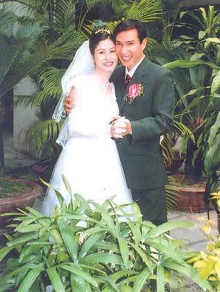 Quang Thắng thời trẻ bên cạnh vợ của mình