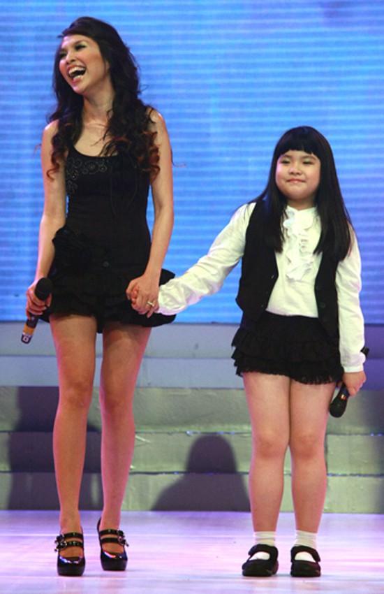 Năm 2009, Gia Bảo lần đầu lên sân khấu biểu diễn cùng mẹ trong một chương trình âm nhạc.