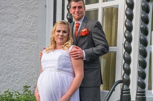 Trở dạ tại lễ đường, cô dâu mặc váy cưới đi đẻ