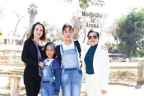 Linh Nga (trái) đưa hai con gái và người thân đi chơi.