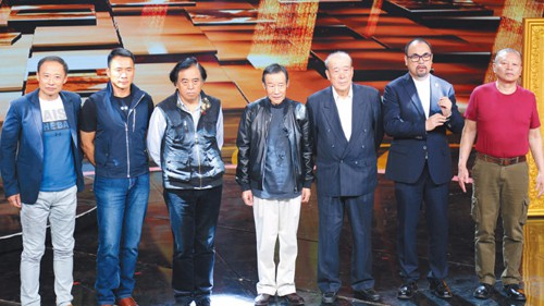 Từ trái sang: Chu Dã Mang (vai Lâm Xung), Đinh Hải Phong (Võ Tòng), đạo diễn Trương Thiệu Lâm, Lý Tuyết Kiện (Tống Giang), nhà sản xuất Nhậm Đại Huệ, Tàng Kim Sinh (Lỗ Trí Thâm), Triệu Tiểu Duệ (Lý Quỳ). Ảnh: Beijingnews.