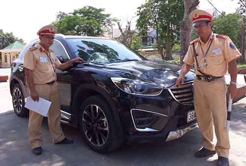 Chiếc xe gây tai nạn tại trụ sở công an huyện Hưng Nguyên. Ảnh: Hải Bình.