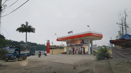 Một cây xăng khác của Tổng Công ty Vận tải Hà Nội đang tồn tại gần KTT A34, ngõ 136 Hồ Tùng Mậu, khiến người dân nơi đây bức xúc vì ô nhiễm mùi.