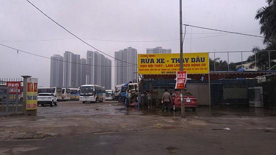 Nhìn từ mặt đường Trần Vỹ, nhiều loại hình vận tải từ taxi, xe con, xe tải, xe chở khác... được xếp lôm côm.