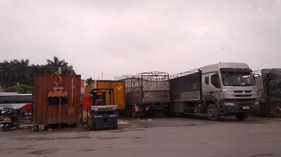 Container, xe tải chở hàng, xe chở bưu phẩm lần lượt cũng góp mặt tại đây.