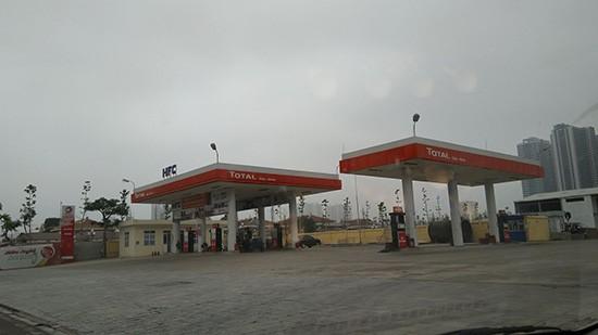 Cây xăng đang được bán lẻ công cộng trên mặt đường Trần Vỹ.