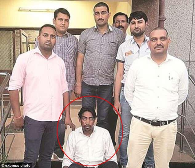 Người trong vòng tròn đỏ là gã sát nhân Karket