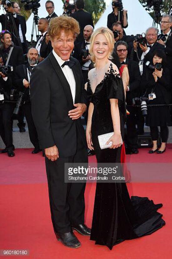 Igor Bogdanoff và Julie Jardon trong thiết kế của NTK Đỗ Trịnh Hoài Nam tại LHP Cannes