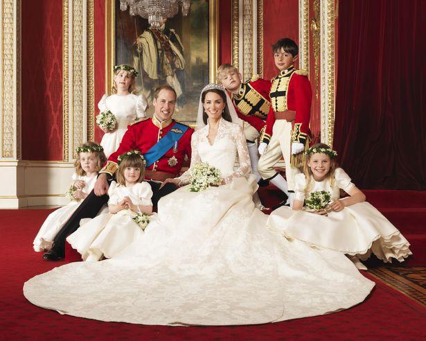Trong khi đó, Công nương Kate ngồi trang trọng bên cạnh Hoàng tử William.