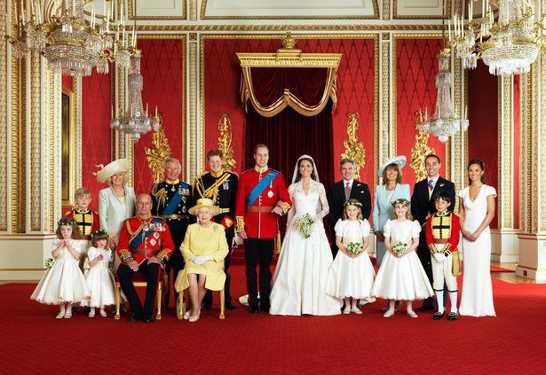 Trong khi đó, bức ảnh của Hoàng tử Willam và Công nương Kate trang trọng, quy củ hơn khi các thành viên đứng chỉnh tề, theo hàng lối