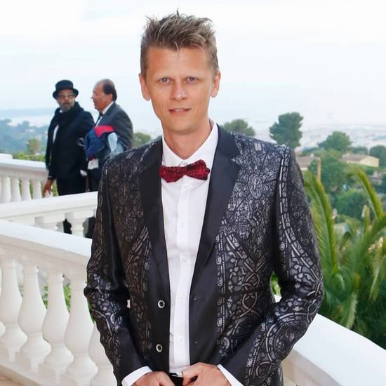 Nhà quay phim Christophe Busnel tham dự LHP Cannes trong trang phục Vest của NTK Đỗ Trịnh Hoài Nam. Bộ Vets nam lấy ý tưởng từ ảnh tranh kính nhà thờ Đức Bà