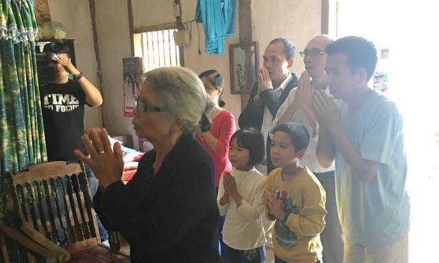 Gia đình bà Nga đặt quyết định đình chỉ điều tra lên ban thờ và thắp hương cho anh Trịnh Công Hiến.