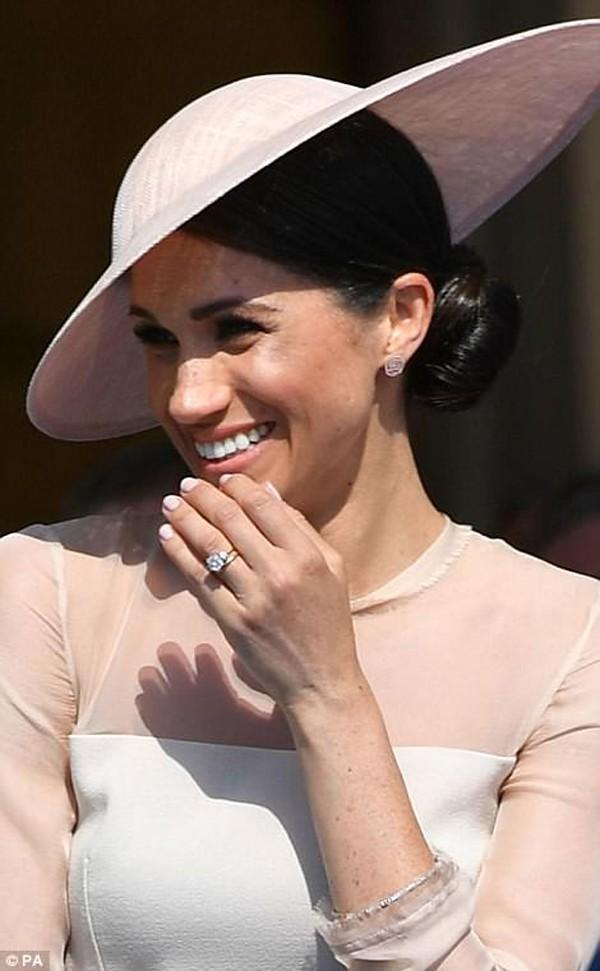 Cô thoải mái nở nụ cười xinh đẹp trước công chúng nước Anh.