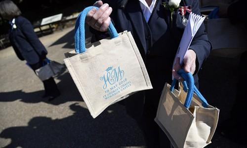 Những chiếc túi vải đựng quà cô dâu chú rể tặng 1.200 người dân được mời đến lâu đài Windsor dự đám cưới hôm 19/5. Ảnh: AP.