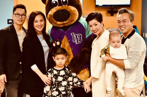 Vợ chồng Hồng Nhung (phải) cùng gia đình chồng cũ (trái) và hai con của ca sĩ.