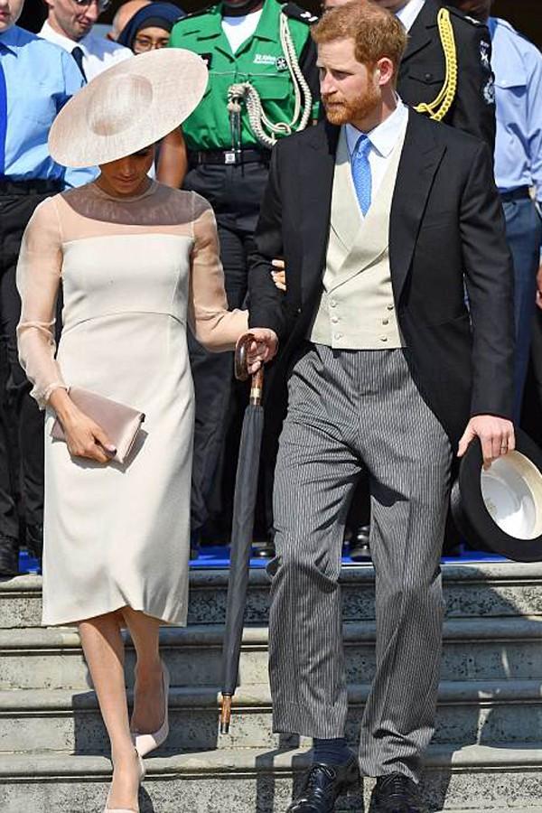 Được biết, xuất hiện tại buổi lễ mừng sinh nhật này, Meghan Markle diện một váy mang thương hiệu Givenchy có giá là gần 18 triệu đồng. Được biết, Meghan Markle là công nương có gu thời trang tinh tế và rất biết hưởng thụ. Nếu như chị dâu là công nương Kate Middleton thường xuyên diện đồ cũ và sống giản dị thì Meghan Markle lại thích những mẫu thời trang sang chảnh.
