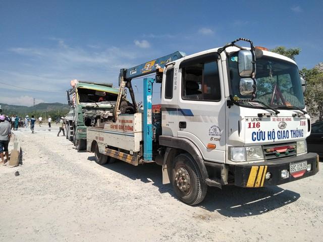 Xe tải được đưa lên xe cứu hộ để đưa ra ngoài