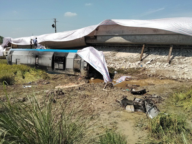 Thông tin bất ngờ vụ tàu khách đâm xe tải chở đá làm 10 người thương vong ở Thanh Hóa