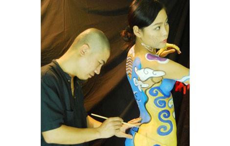 Họa sĩ Phương Vũ Mạnh vẽ body painting