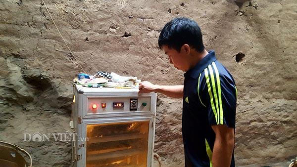 Anh Nông Văn Pai bên chiếc máy ấp trứng gà của gia đình.