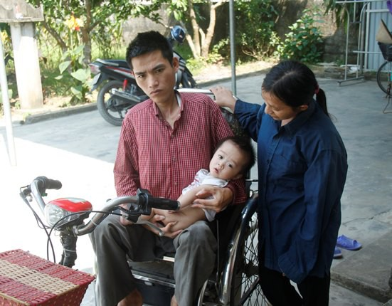 Hai vợ chồng anh Sơn cùng người con bị bệnh.