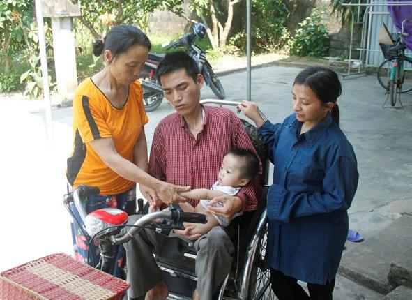 Bà Hà phải bươn chải, gồng gánh cả gia đình tàn tật