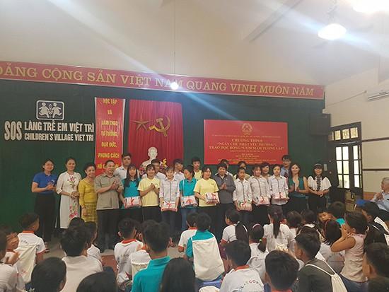 Hơn 150 trẻ em có hoàn cảnh mồ côi, đặc biệt khó khăn tại Làng trẻ em SOS Việt Trì đón nhận sẻ chia từ Đoàn thiện nguyện. Ảnh: Bảo Loan