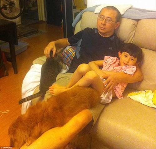 Anh Wong kể, bức ảnh đầu tiên được chụp bởi vợ anh, chị Grace khi chị vừa bước ra khỏi nhà tắm và thấy cảnh chồng ôm con gái, bên cạnh là những con vật nuôi, trông rất ngộ nghĩnh.