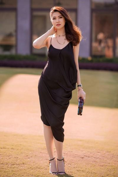 Mẫu váy lụa ôm sát tôn đường cong của người mẫu Thu Hằng.