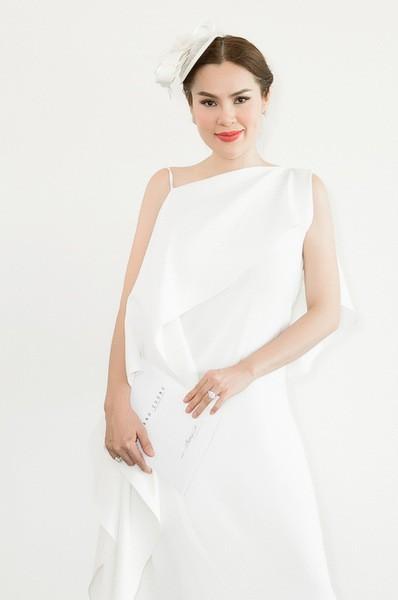 Hoa hậu Phương Lê đội mũ lưới cùng váy lụa trắng.