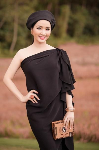 Hoa hậu đền Hùng Giáng My đội mũ nồi phối cùng váy lệch vai.