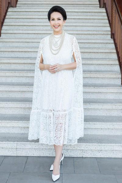 Diễm My với váy ren mỏng thiết kế dạng cape (áo choàng không tay). Mái tóc búi sang trọng, gọn gàng cùng chuỗi vòng cổ ngọc trai của Chanel.