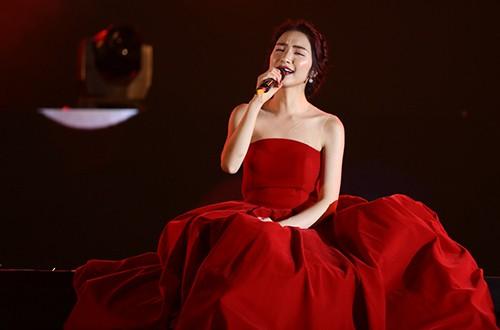 Hòa Minzy thể hiện ca khúc Bolero có tên Mưa nửa đêm của Trúc Phương và ca khúc mới nhất Rời bỏ. Ca sĩ quên mất lời bài hát khi biểu diễn. Tuy nhiên, khán giả bỏ qua lỗi này và ủng hộ cô nồng nhiệt.