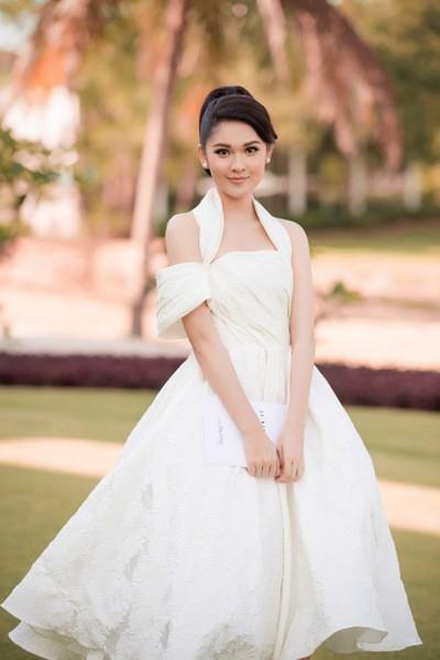 Á hậu Thùy Dung diện bộ váy họa tiết dập nổi độc đáo, kết hợp với những đường gấp ở eo, vai, ngực.