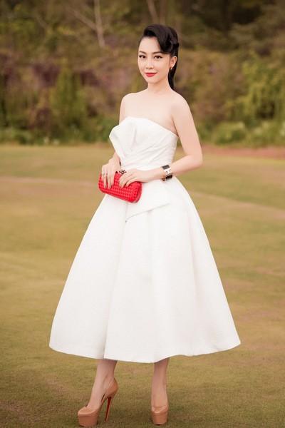 Bộ váy ống của Linh Nga được tạo điểm nhấn với những đường xếp ở phần ngực.