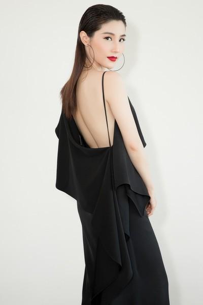 Diễn viên Diễm My khoe lưng trần với váy lụa phom rộng.
