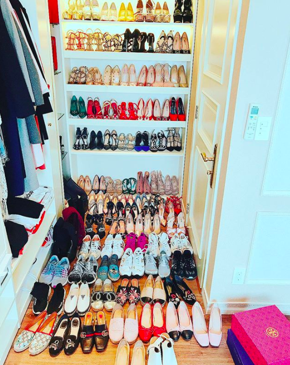 Không chỉ sở hữu nhà mới, như bao cô gái khác, Phạm Hương cũng có đam mê váy áo, giày dép, mỹ phẩm,… Cô khoe tủ giày hiệu gần 100 đôi với các thương hiệu đình đám khiến nhiều cô gái ghen tị.