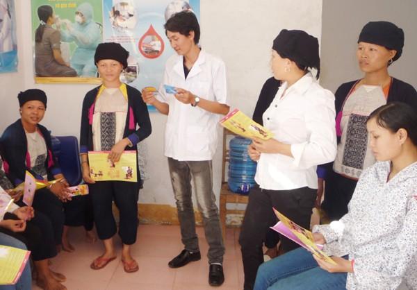 Tuyên truyền kiến thức về DS-KHHGĐ tại huyện Văn Bàn, tỉnh Lào Cai. Ảnh: Thanh Huệ